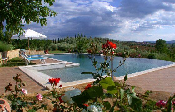 Stenhus i Siena med kæmpe-pool