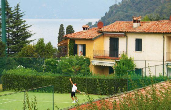 Feriebolig i Lierna med tennisbane, pool og udsigt over Comosøen