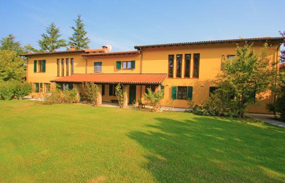 Kæmpe villa mellem Acqui Terme og Nizza Monferrato, Piemonte