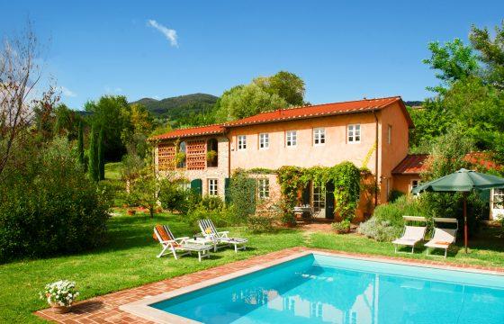 Lucca: privat villa med saltvandspool
