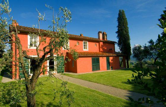Villa ved Lucca – luksuriøs feriebolig med pool og eksklusiv udsigt over byen